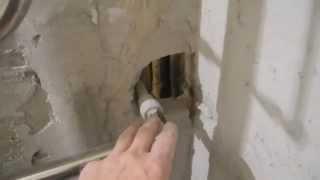 Облицовка плиткой ванной комнаты ч.5(В этом видео показано как оштукатурить стену за полотенцесушителем, заморозить раствором выходы воды на..., 2013-11-22T23:27:21.000Z)