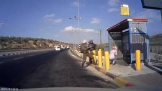 بالفيديو: جندي إسرائيلي يطلق الرصاص على فلسطينية من مسافة قريبة