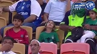 """بالفيديو.. طفلة نائمة بمدرجات الجوهرة والمعلق: """" خلوها نايمة """" - صحيفة صدى الالكترونية"""