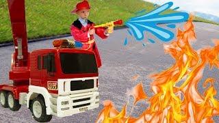 Весёлый Лёва играет с Новой Пожарной Машиной и Тушит Пожар.
