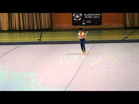 Un niño en una competicion de gimnasia ritmica. Increible!