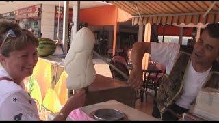 Приколы в Турции с мороженым(Турецкая традиция продавцов мороженым - прикалываться над покупателями. Собрались отдохнуть за границей,..., 2015-08-04T09:09:31.000Z)