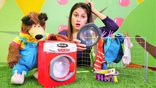 Çizgi film oyuncakları. Evcilik oyunu. Koca Ayı makinesi bozulduğu için çamaşırını elde yikıyor