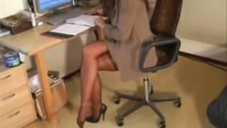 сексуальные ножки молодой учительницы в чулках и в туфлях