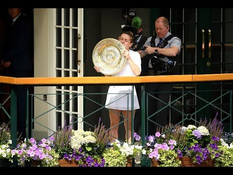 2019 Wimbledon | Simona Halep poses with the Venus Rosewater Dish