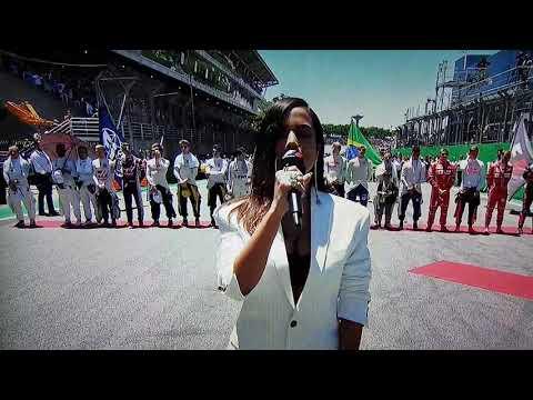 Anitta cantando o hino nacional brasileiro
