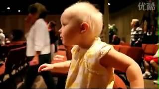 Video Lucu Anak Kecil Keasikan Dengerin Musik
