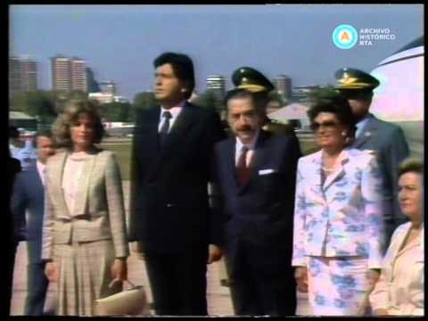 Alfonsín recibe a Alan García en Aeroparque, 1986