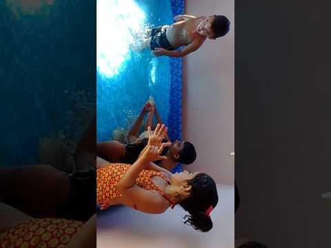 Tomando banho de piscina com meu irmão e meu primo e minha prima
