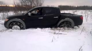 Mitsubishi L200 в снегу(Mitsubishi L200 на цепях противоскольжения зимой. Цепи производства компании