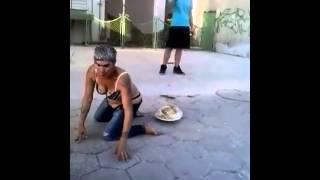 (ВИДЕО) - Циганка играе кючек по прашки! - СМЯХ