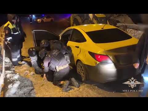 Полицейские на трассе М-8 перехватили авто наркокурьера с крупной партией синтетических наркотиков