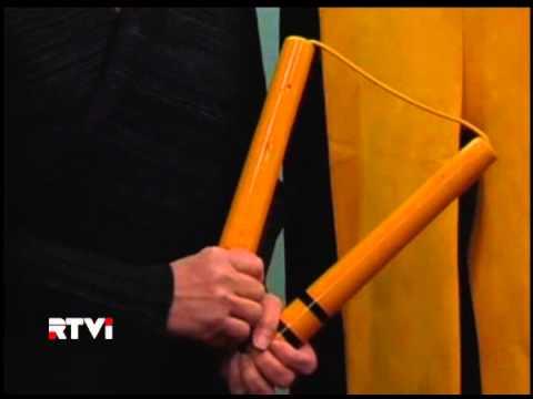 На аукционе в Гонконге за рекордную сумму продан желтый комбинезон Брюса Ли и его нунчаки