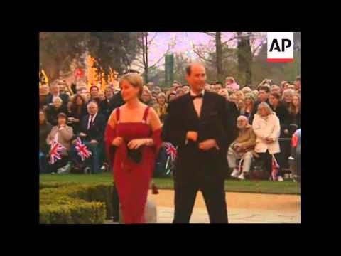Queen Elizabeth arrives at Kew Palace for b''day dinner, fireworks