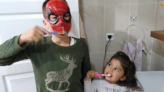 Ayşe Ebrar Örümcek Adama Diş Fırçalamayı Öğretiyor. Eğlenceli Çocuk Videosu