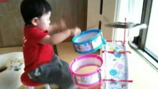 息子が1歳半の頃にドラムを叩いている様子です。 太鼓系にとても興味を...