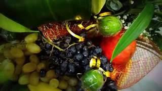 Подарочная корзина с цветами и фруктами.http://neskuchnyj-sad.tiu.ru/.