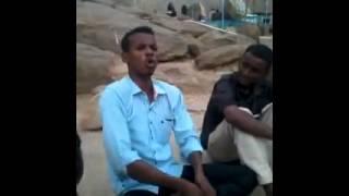 شاعر سوداني يمدح ابوه وزودها حبتين