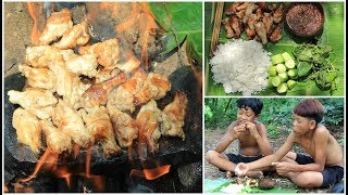 Primitive Technology - Cooking chicken on a rock for lunch