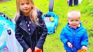 Эльвира СОБИРАЕТ КОНФЕТЫ на хелоуин Видео для малышей Эльвира и Райан