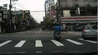不要只看右邊~你看撞到摩托車了啦