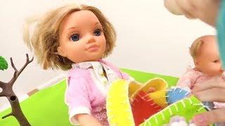 Видео для детей. Куклы на море играют в игры