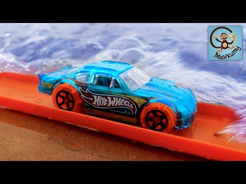 Дети и машинки игрушки. Милан и Папа строят трассу для машинок в песке и воде. МанкиТайм
