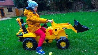 Max y una excavadora real en un parque de diversiones