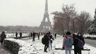 Parigi, prima neve dell'anno e via al coprifuoco anticipato