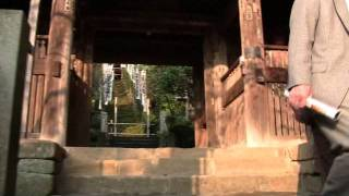 鎌倉駅をおりて、鶴岡八播官の三ノ鳥居の前から、宝戒寺に突き当り、し...
