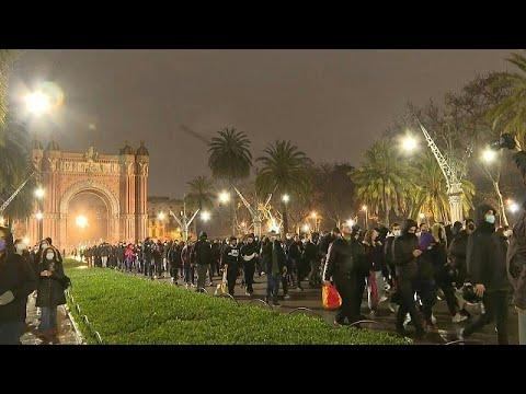 شاهد: مظاهرات لليلة السابعة على التوالي في برشلونة احتجاجا على اعتقال مغني راب انتقد العائلة المل…  - 07:58-2021 / 2 / 23