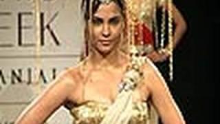 vuclip Sexy Lara Dutta's Hot Ramp Show!!