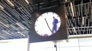 空港に設置された時計、人が書いているように見えて…これトリックなんです