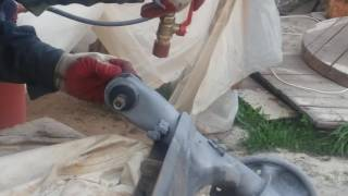 Пескоструйный аппарат напорного типа в работе (сделанный своими руками)(В этом видео испытываю пескоструйный аппарат напорного типа который сделал своими руками из доступных..., 2016-05-11T18:52:46.000Z)