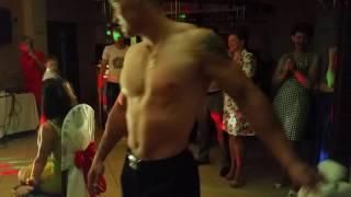Сведетель на свадьбе танцует стриптиз для сведетельницы