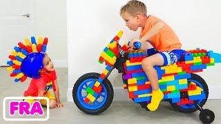 Vlad et Nikita montent sur Jouet Sportbike et jouent avec des jouets
