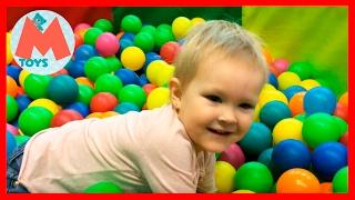 ❤ Маша в детском развлекательном центре. Батут, надувные горки и многое другое. Видео для детей
