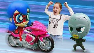 Фото Леди Баг и Супер Кот на рыбалке. Охотники за игрушками видео для детей.