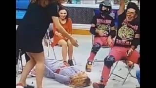 Cae Ingrid Coronado Al Quitarle La Silla, Todo Por Intentar Romper Un Globo A Sentones
