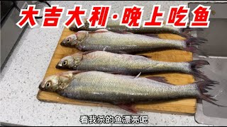 不用鱼饵也能钓上来鱼,半小时上了6条大翘嘴,今晚收获真不错