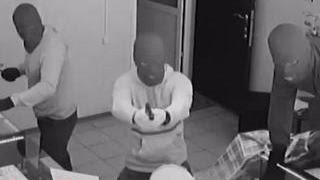 44 секунды на ограбление: налетчики на ювелирный магазин установили рекорд(Меньше минуты понадобилось грабителям в Липецке, чтобы обчистить ювелирный салон. Действия преступников..., 2015-09-11T13:44:23.000Z)