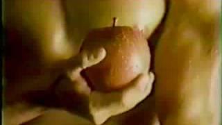 男のヌードをなめまわすように映し出し、とどめに 赤マニキュアの美女の手がりんごのつるをはじく エロティックなCMです。