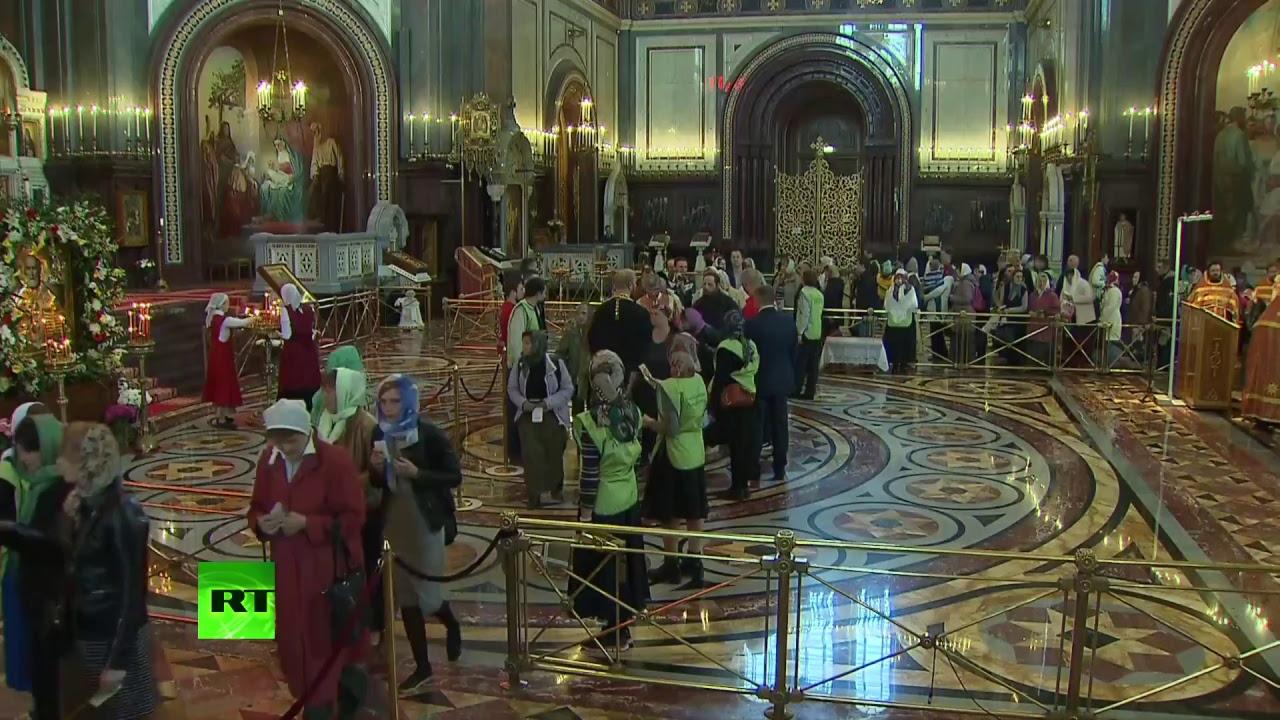 В храме Христа Спасителя верующие поклоняются мощам Николая Чудотворца