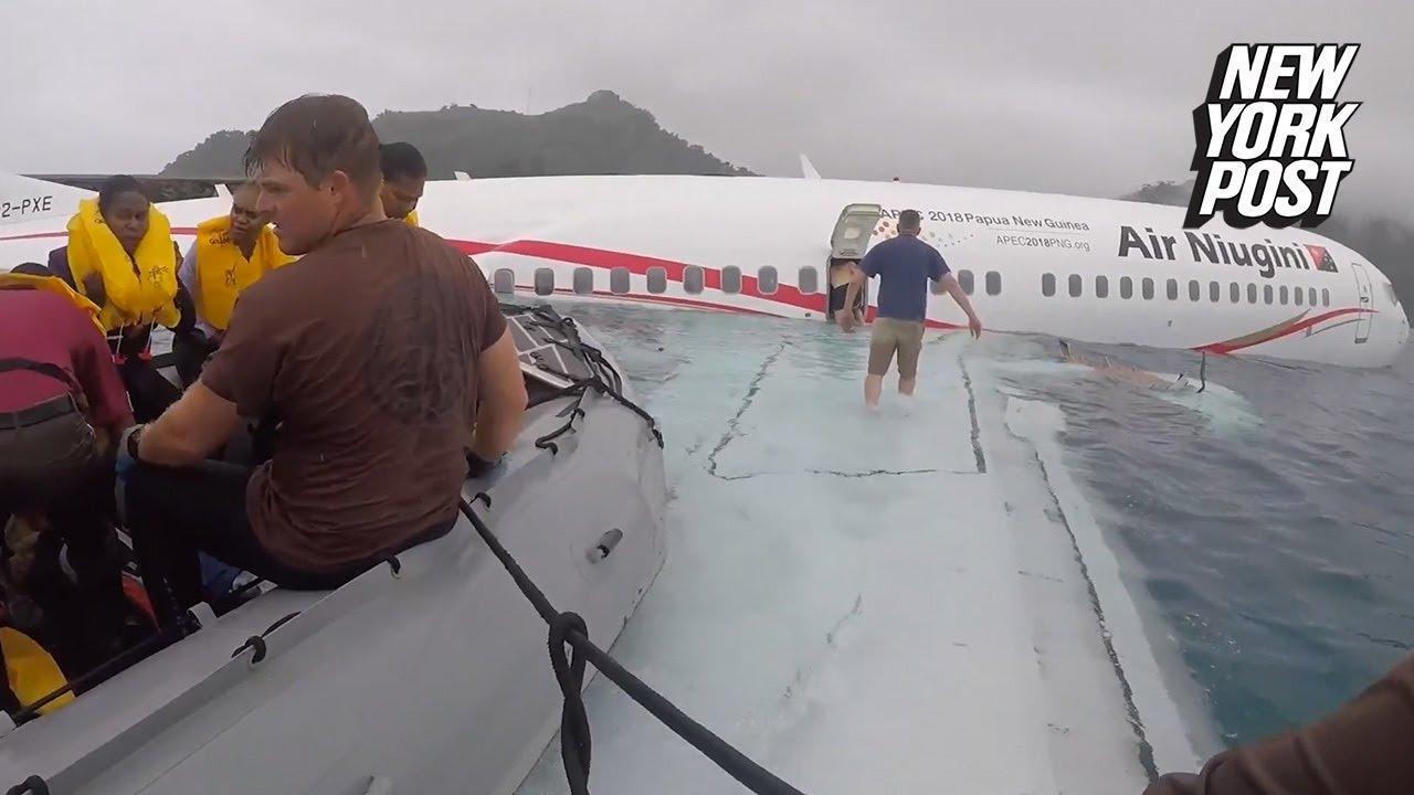 Jak żołnierze US Navy pomagali przy ewakuacji ludzi z tonącego samolotu