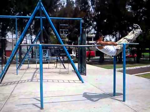Rutina de ejercicios en barras callejeras