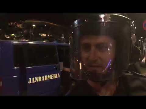 Jandarmii scot oameni din multime