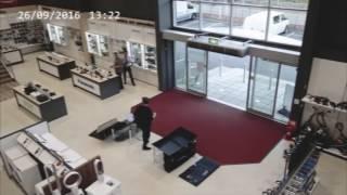 Неуклюжий покупатель разбил четыре телевизора за несколько секунд