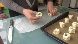 Pikante Blätterteig Schnecken mit Frischkäse , Kräuter und Frühlingszwiebeln / Fingerfood