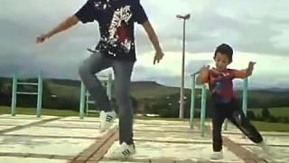 Маленький мальчик классно двигается
