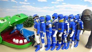 ブルーのスーパーヒーローたちがワニにパクパク食べられていくよ ゴリラ&モスラ